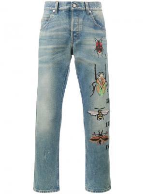 Зауженные джинсы с вышивкой насекомых Gucci. Цвет: синий