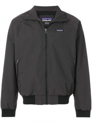 Куртка-бомбер с фирменной нашивкой Patagonia. Цвет: черный