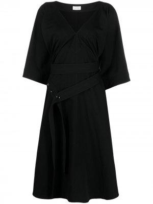 Платье-рубашка с V-образным вырезом и поясом Lemaire. Цвет: черный