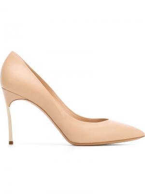 Туфли с заостренным носком Casadei. Цвет: телесный