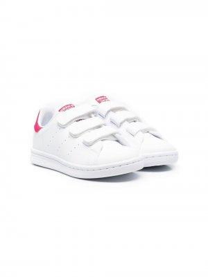 Кроссовки Stan Smith на липучках adidas Kids. Цвет: белый