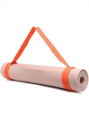 Мат для йоги с тисненым узором adidas by Stella McCartney. Цвет: нейтральные цвета