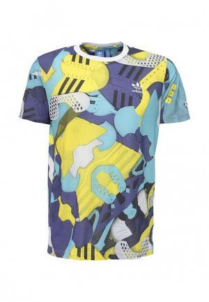 Футболка adidas Originals. Цвет: разноцветный