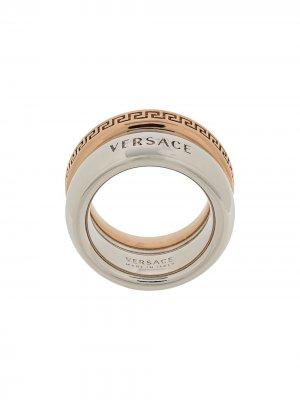 Двухцветное кольцо с узором Greca Versace. Цвет: серебристый