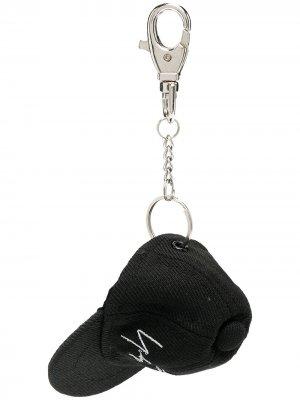 Брелок с подвеской в форме кепки Yohji Yamamoto. Цвет: черный