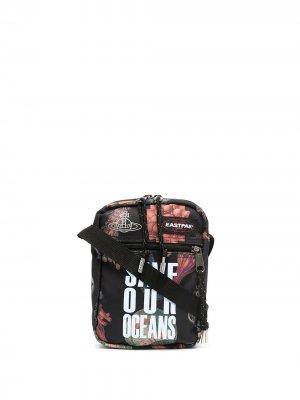 Сумка-мессенджер Save our Oceans из коллаборации с Vivienne Westwood Eastpak. Цвет: черный
