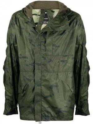 Легкая куртка с камуфляжным принтом Maharishi. Цвет: зеленый