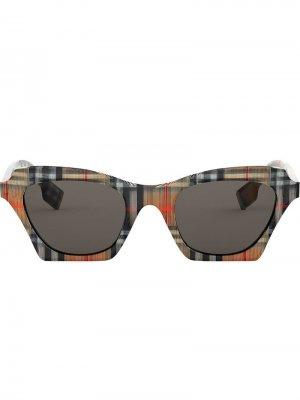 Солнцезащитные очки в клетку Burberry Eyewear. Цвет: нейтральные цвета