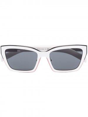 Солнцезащитные очки трапециевидной формы Prada Eyewear. Цвет: белый