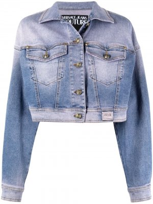 Укороченная джинсовая куртка с эффектом потертости Versace Jeans Couture. Цвет: синий