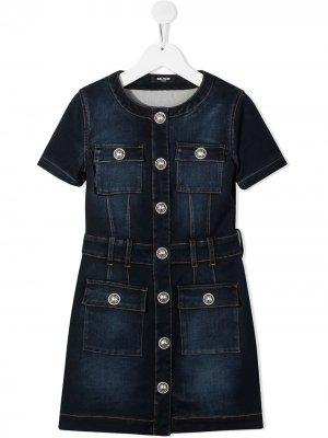Джинсовое платье с контрастной строчкой Balmain Kids. Цвет: синий