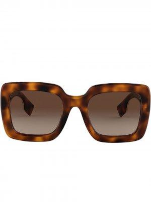 Солнцезащитные очки в массивной квадратной оправе Burberry Eyewear. Цвет: коричневый
