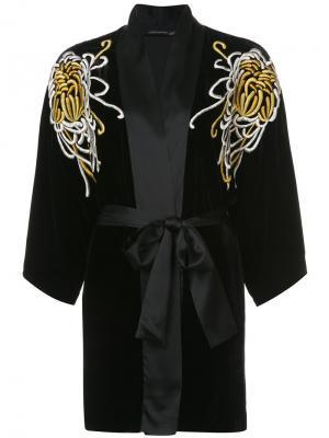 Халат с вышивками и поясом Josie Natori. Цвет: черный