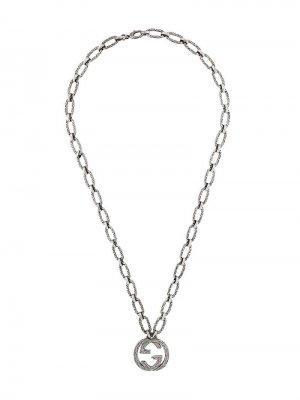 Колье с кулоном в форме логотипа Interlocking G Gucci. Цвет: серебристый