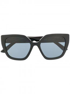 Солнцезащитные очки в массивной оправе с логотипом Prada Eyewear. Цвет: черный