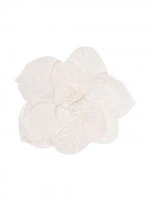 Брошь в форме цветка Piccola Ludo. Цвет: белый