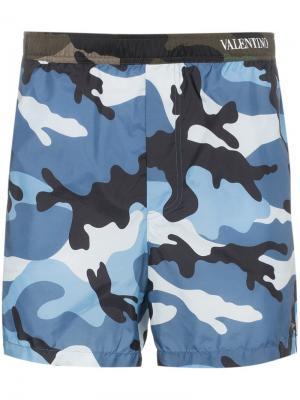 Пляжные шорты с камуфляжным принтом Valentino. Цвет: синий