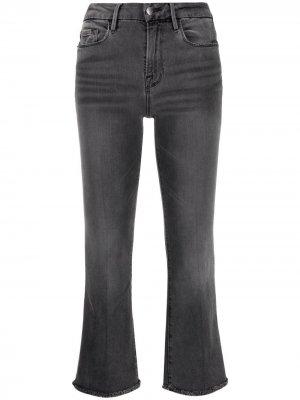 Укороченные расклешенные брюки FRAME. Цвет: серый