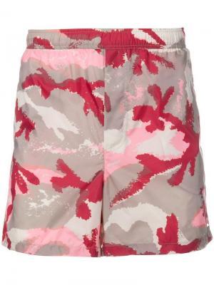 Пляжные шорты с камуфляжным принтом Valentino. Цвет: нейтральные цвета