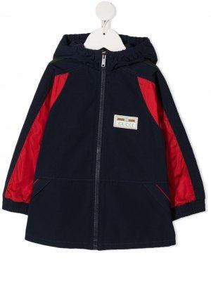 Плащ с капюшоном и нашивкой-логотипом Gucci Kids. Цвет: синий