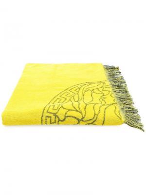 Пляжное полотенце с вышивкой Medusa Versace. Цвет: желтый