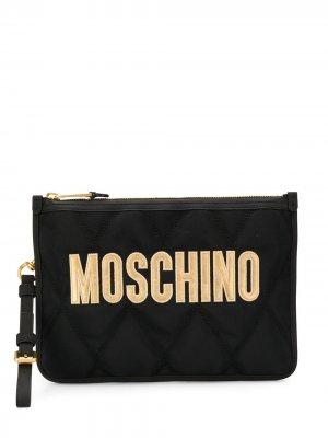 Стеганый клатч с логотипом Moschino. Цвет: черный