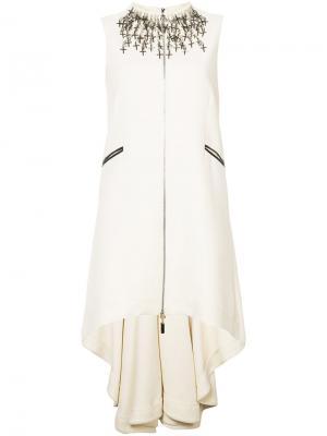 Платье с крестообразным украшением и неравномерным подолом Thomas Wylde. Цвет: нейтральные цвета