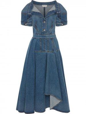 Джинсовое платье миди с V-образным вырезом Alexander McQueen. Цвет: синий