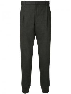 Зауженные к низу брюки с молнией на боку Wooyoungmi. Цвет: серый