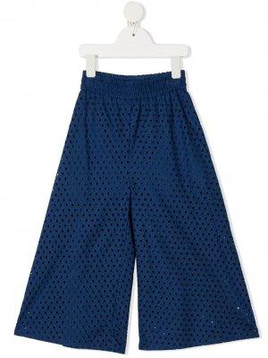 Расклешенные брюки с английской вышивкой Monnalisa. Цвет: синий