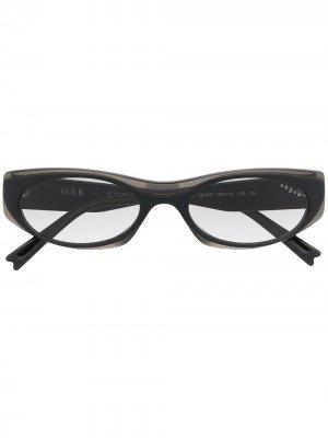 Солнцезащитные очки в узкой овальной оправе Vogue Eyewear. Цвет: черный