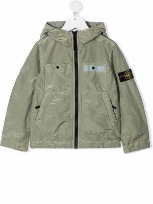 Куртка с капюшоном и нашивкой-логотипом Stone Island Junior. Цвет: зеленый