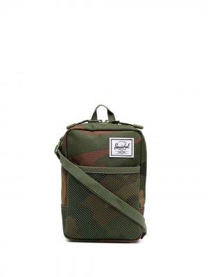 Сумка-мессенджер с камуфляжным принтом Herschel Supply Co.. Цвет: зеленый