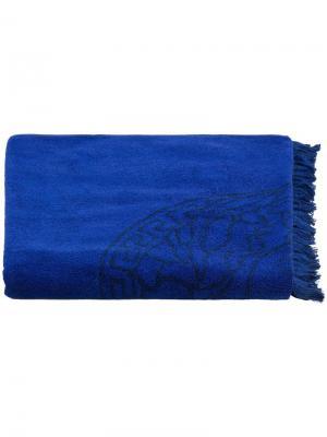 Пляжное полотенце с вышивкой Medusa Versace. Цвет: синий