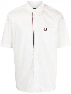 Рубашка с контрастной отделкой FRED PERRY. Цвет: белый