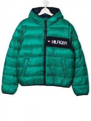 Пуховик с вышитым логотипом Tommy Hilfiger Junior. Цвет: зеленый