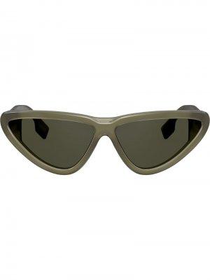 Солнцезащитные очки в оправе кошачий глаз Burberry Eyewear. Цвет: зеленый