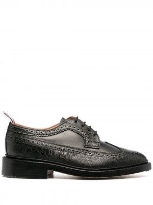 Туфли броги из зернистой кожи Thom Browne. Цвет: черный