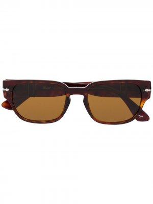 Солнцезащитные очки в квадратной оправе черепаховой расцветки Persol. Цвет: коричневый
