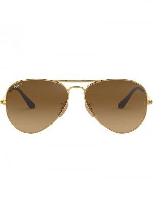 Классические солнцезащитные очки-авиаторы Ray-Ban. Цвет: золотистый