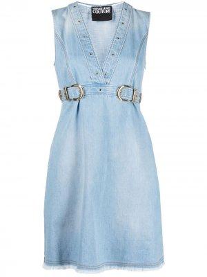 Джинсовое платье с пряжками Versace Jeans Couture. Цвет: синий