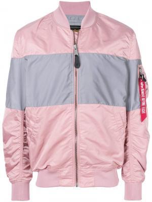 Куртка-бомбер с контрастными вставками Alpha Industries. Цвет: розовый