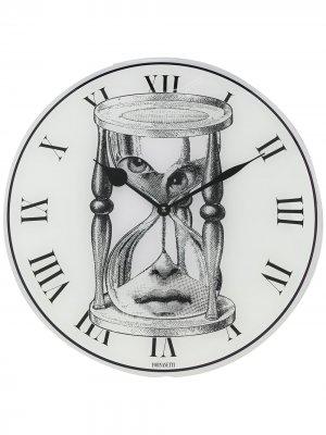 Настенные часы с принтом Fornasetti. Цвет: белый