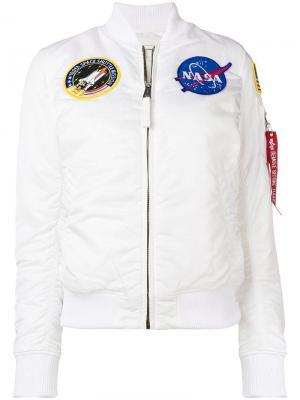 Куртка-бомбер с пэтчами Alpha Industries. Цвет: белый