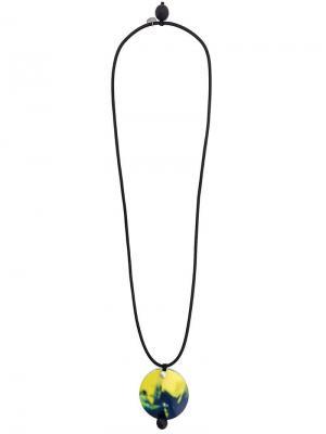 Колье с кулоном логотипом Maria Calderara. Цвет: черный